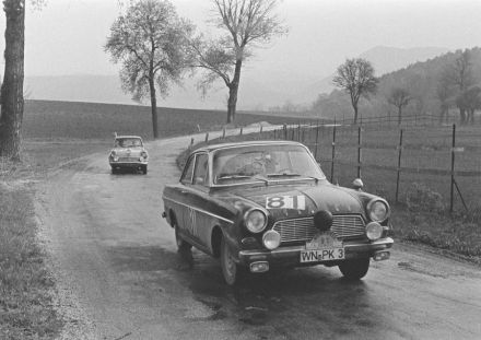 Paul Klöpfer i H.Frank – Ford Taunus 12M coupe.